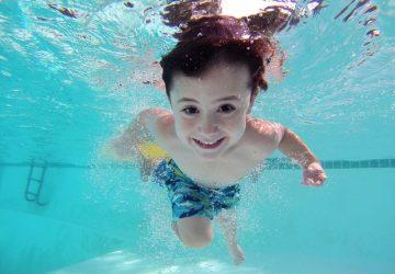 Chcete naučit své děti plavat, ale nevíte, jak na to? Podívejte se na tyto tipy